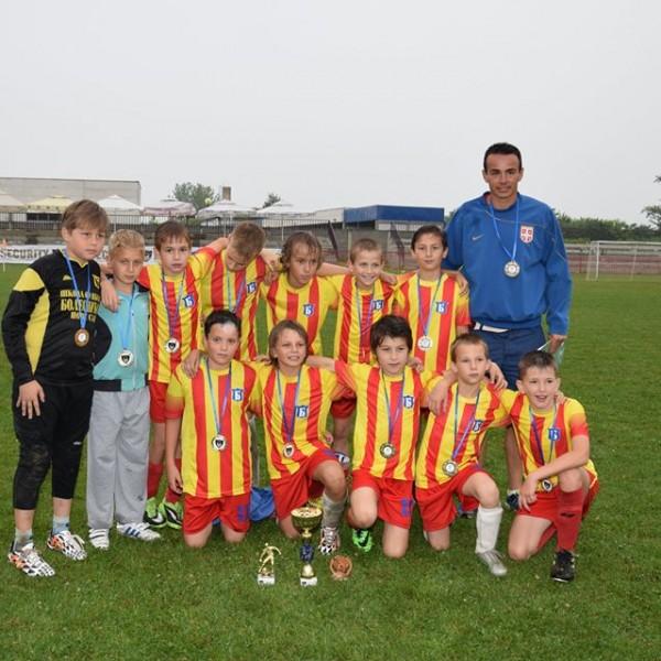 Генерација 2003. са трофејима освојеним на турниру у Шапцу.