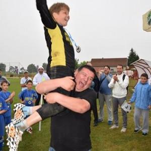 Најбољи голман турнира Андреј Јовић у рукама одушевљеног представника организатора.