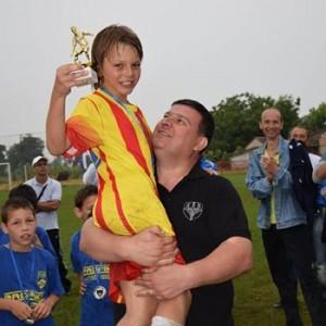Најбољи играч турнира Немања Влајковић у рукама одушевљеног представника организатора.